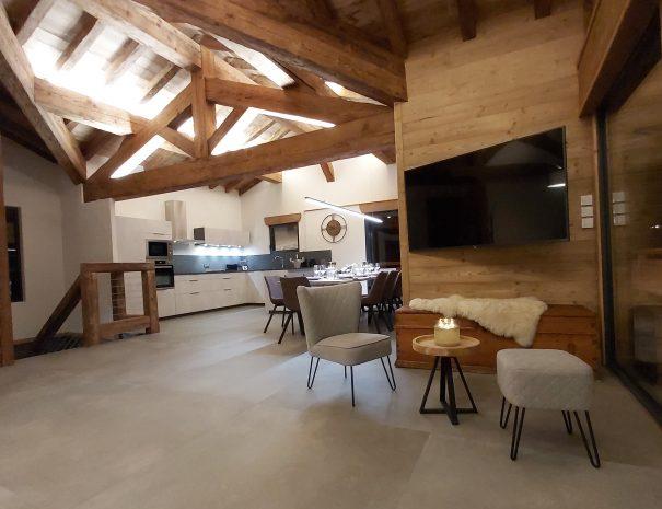 Grand salon avec cuisine et table à manger aux saisies