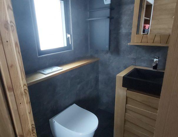 Douche et WC intégrée dans la chambre au pieds des pistes de ski Les Saisies