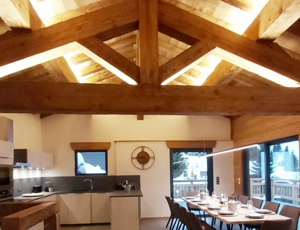 Cuisine et table pour 12 personnes station Les Saisies, pied des pistes